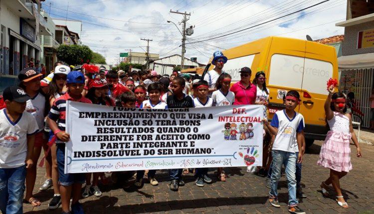 Secretaria de Educação e Equipe da Sala de Recursos Multifuncionais promoveram passeata pela Luta da Pessoa com Deficiência