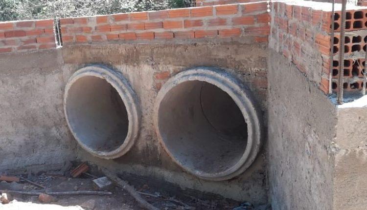 Governo de reconstrução sempre trabalhando para atender as necessidades da população. Desta vez é a construção de uma Passagem Molhada em Santo Antônio, estrada que dar acesso a Barragem.