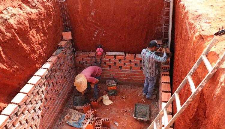 O Governo de Reconstrução continua ampliando as redes de esgoto para melhorias da nossa cidade.  Desta vez as obras são no Bairro Alto do Cruzeiro